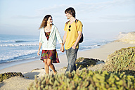 South Africa, couple taking a walk at the coast - TOYF000636