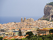 Italy, Sicily, Cefalu, view of Cefalu with Cefalu Cathedral - AMF004030