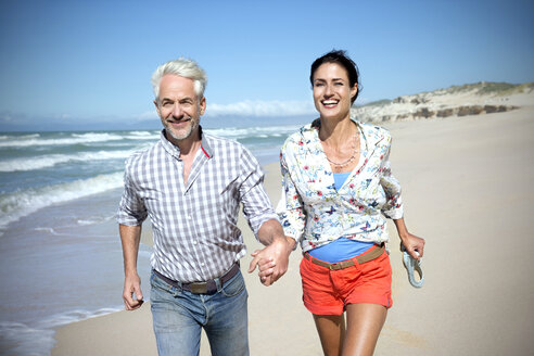 South Africa, couple running along the beach - TOYF000772