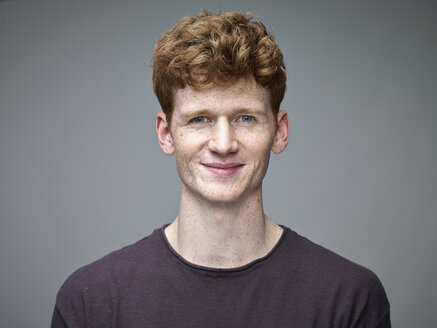 Portrait of smiling redheaded young man - RH000902