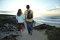 South Africa, couple walking along the coast - TOYF000955