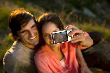 South Africa, couple taking a selfie at evening twilight - TOYF000989