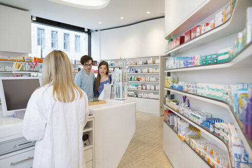 Customers and female pharmacist in a pharmacy - FKF001108