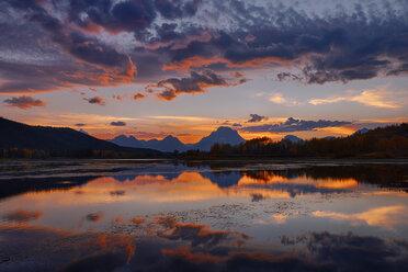 USA, Wyoming, Grand Teton National Park, Teton Range, Mount Moran, Oxbow Bend, Snake River at sunset - RUEF001624