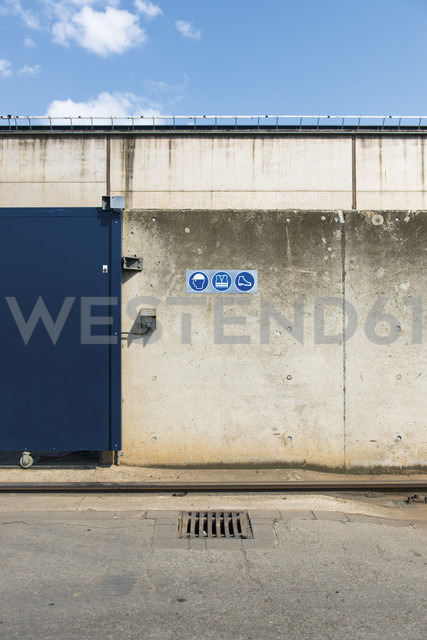 Germany, Duesseldorf, Industrial harbour, recycling yard, door and signs - VIF000305