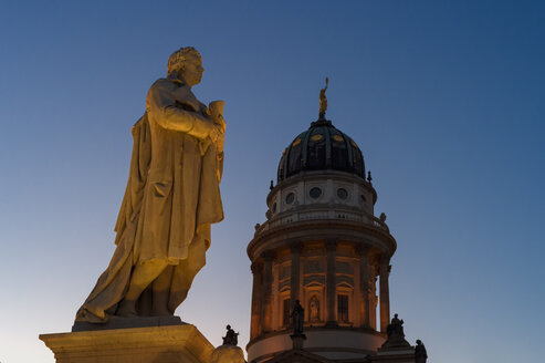 Germany, Berlin, Berlin-Mitte, Gendarmenmarkt square with statue of Friedrich Schiller and French Cathedral - FRF000261