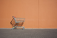 Empty parked shopping cart - ZMF000391