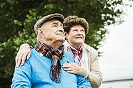 Senior couple watching something - UUF004516