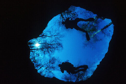 USA, Florida, High Springs, cave diver entering devil's eye in Ginnie Springs - YRF000079