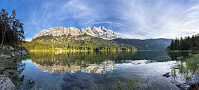 Germany, Bavaria, Grainau, Wetterstein mountains, Eibsee lake with Zugspitze - STSF000799