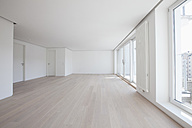 Empty living room in modern apartment - RBF002768