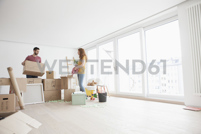 Young couple in new flat unpacking cardboard boxes - RBF002865