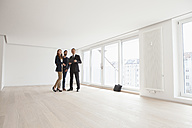 Young couple viewing flat with estate agent - RBF002790