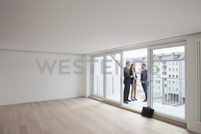 Young couple viewing flat with estate agent - RBF002793