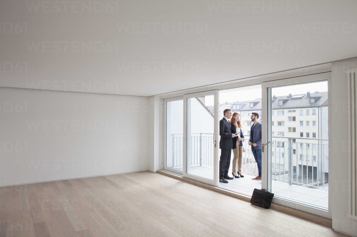 Young couple viewing flat with estate agent - RBF002793 - Rainer Berg/Westend61
