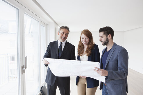 Young couple viewing flat with estate agent - RBF002796