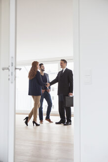 Young couple viewing flat with estate agent - RBF002802