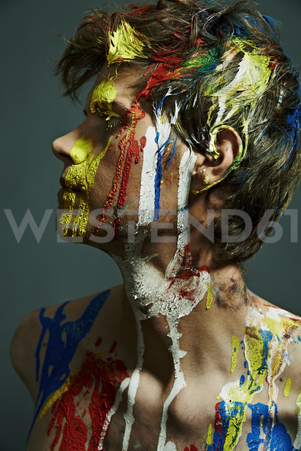 Profile of shirtless man with paint on his face and chest - MHC000010