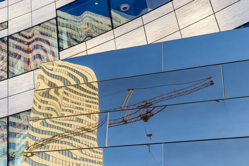 Germany, Duesseldorf, reflections of construction crane and buildings on glass facade of Koe-Bogen - FRF000271