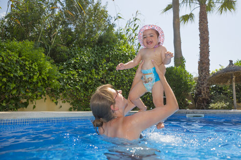 Spain, Mallorca, mother and her little daughter together in a swimming pool - ROMF000051