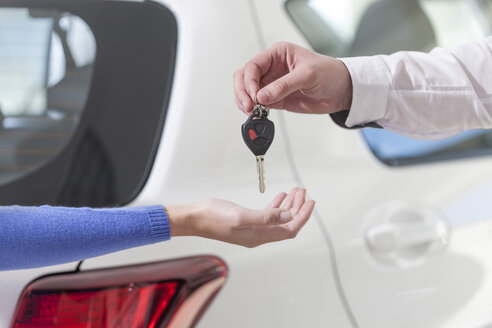 Handing over of car key - ZEF006378