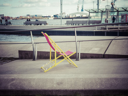 Germany, Hamburg, sun lounger at harbour - KRPF001456