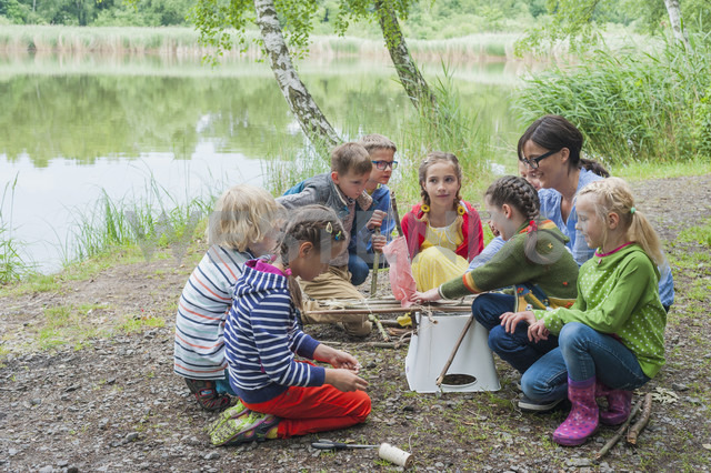 Germany, Children learning how to build a wooden raft - MJF001565 - Jana Mänz/Westend61