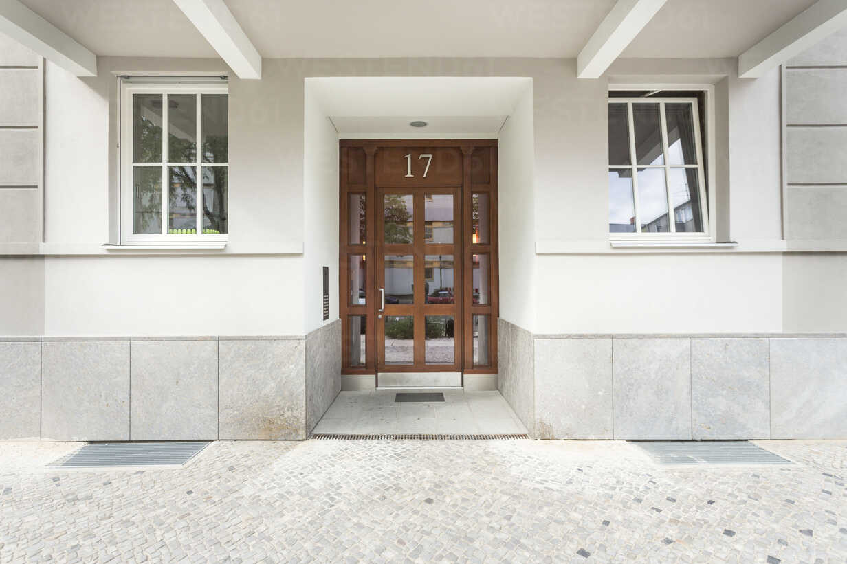 Germany, Berlin, entrance door of multi-family house - TAMF000027 - A. Tamboly/Westend61
