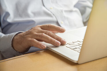 Senior man using a laptop - TAMF000122