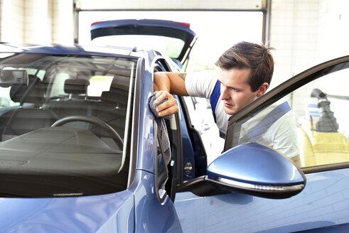 Man polishing car - LYF000423