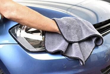 Man polishing car - LYF000442
