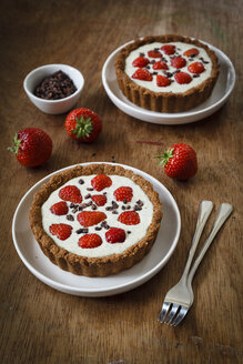 Wholemeal strawberry tartelets with white chocolate hemp sauce - EVGF001861