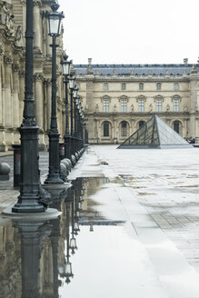France, Paris, view to glass pyramide and facades of Louvre - JUN000373