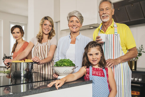 Portrait of extended family in the kitchen - MFF001758