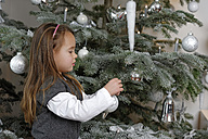 Little girl decorating Christmas tree - LBF001139