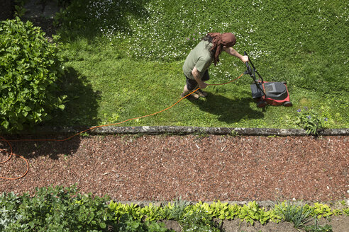 Man mowing the lawn - MIDF000508