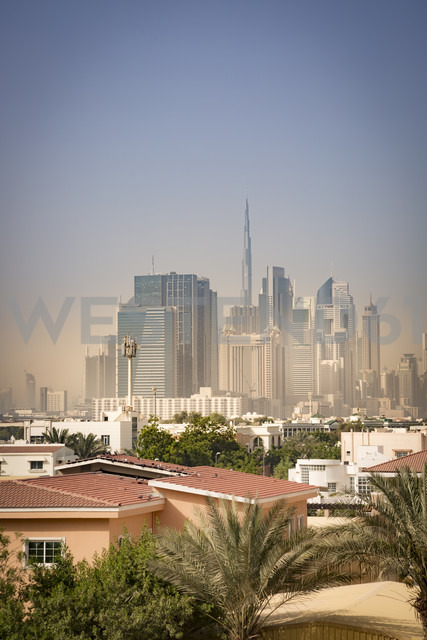 United Arab Emirates, Dubai, Skyline of Downtown Dubai in light sandstorm - NKF000264 - Stefan Kunert/Westend61