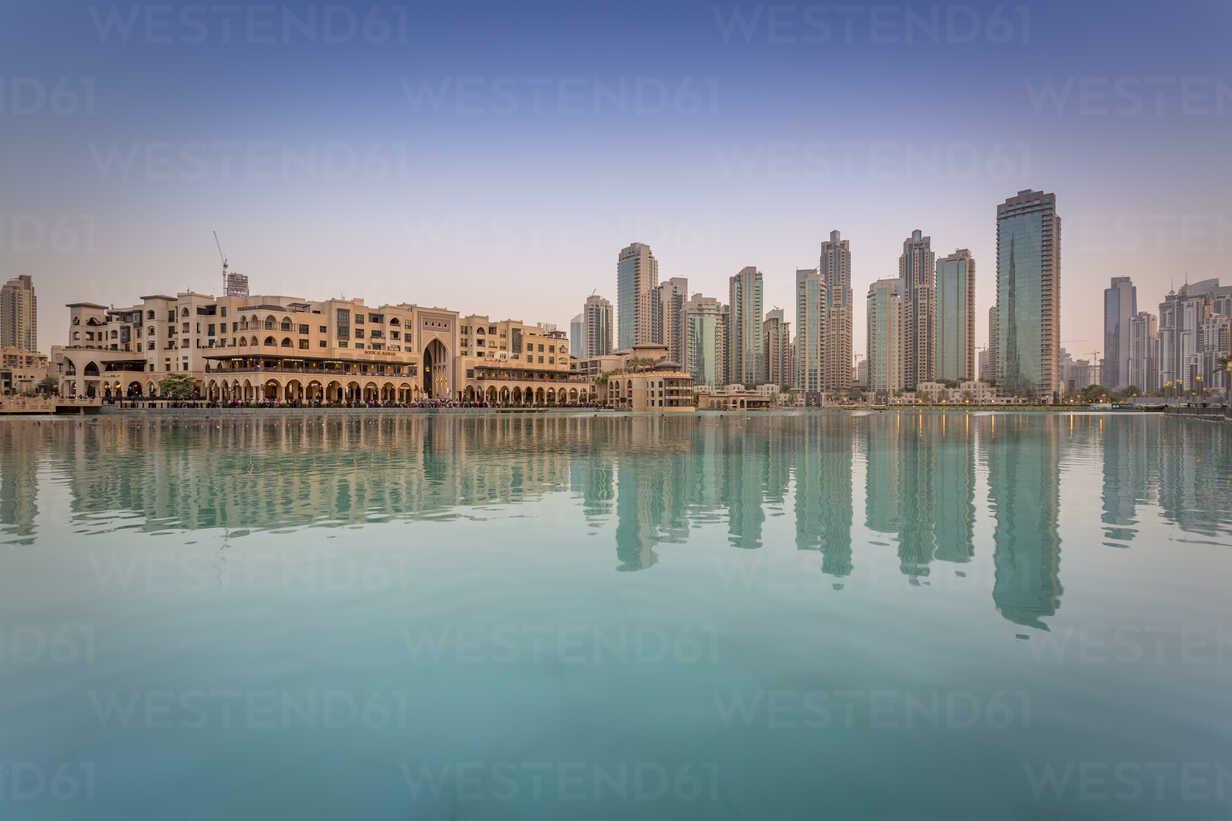 United Arab Emirates, Dubai, Burj Khalifa Lake and Souk Al Bahar in the evening - NKF000271 - Stefan Kunert/Westend61