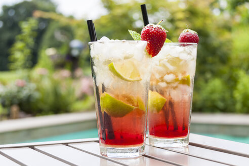 Strawberry Caipirinha with fresh mint and strawberry in glasses - JUNF000355