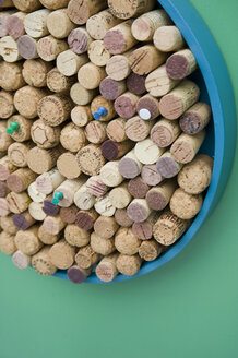 Pinboard made of corks and old tray - GIS000129