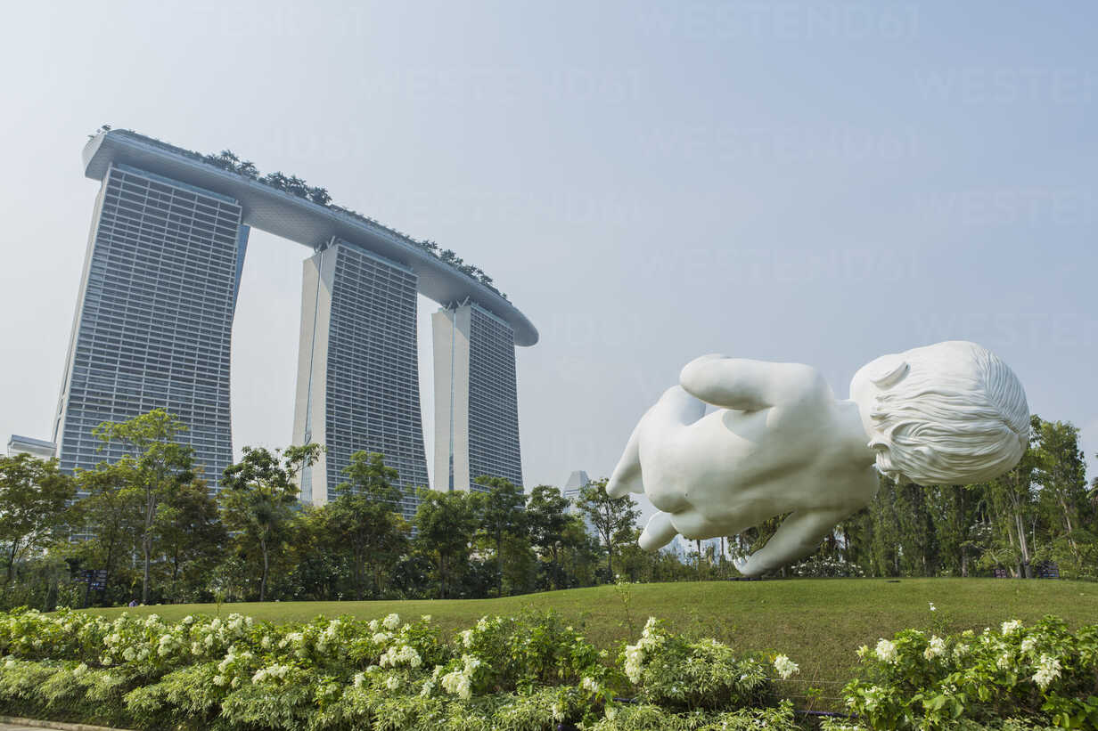 Singapore, Gardens by the bay, Marina Bay Sands hotel in background - EA000011 - Eyes on Asia/Westend61