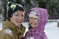 Portrait of brother and sister covered with snow - LBF001141