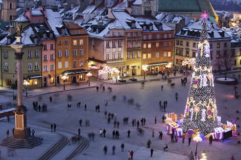 Poland, Warsaw, view to Castle Square with Sigismund's Column and lighted Christmas tree by night - ABOF000026