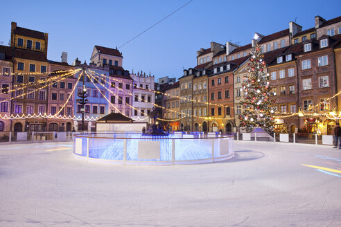 Poland, Warsaw, old town square with ice rink during Christmas time in the evening - ABOF000035