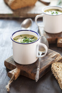 Enamel cup of pea soup with chives - SBDF002138