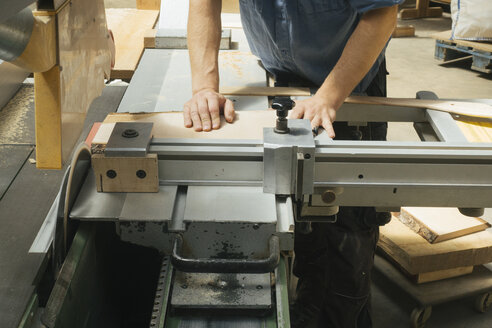 Carpenter working with saw in workshop - JUBF000015
