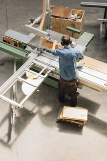 Carpenter working with saw in workshop - JUBF000040