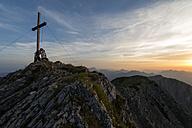 Austria, Tyrol, couple kissing on summit - MKFF000231