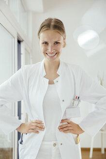 Portrait of confident female doctor - MFF001833