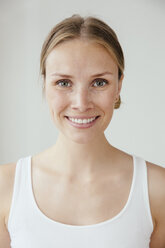 Portrait of smiling young woman - MFF001840